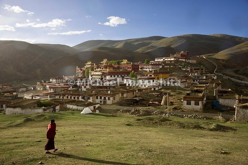 The remote monastery in Litang, said to be the highest on the planet, with an altitude of over 13,000 ft (4,000 m) was founded in 1580 and is one of the largest in Kham.