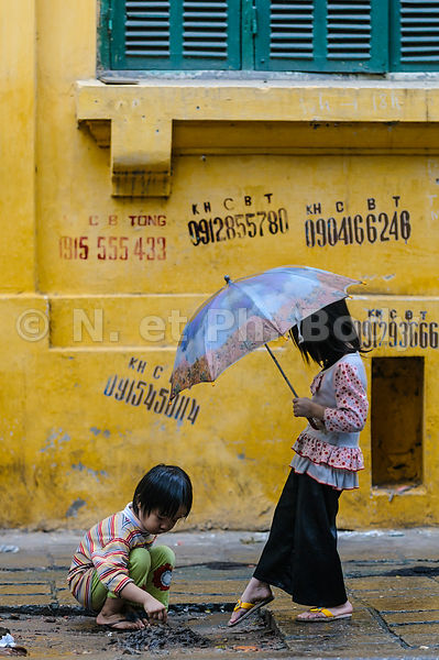 Vietnam, Hanoi, vieille ville, fillettes jouant dans la rue // Vietnam, Hanoi, young girls playing in the street