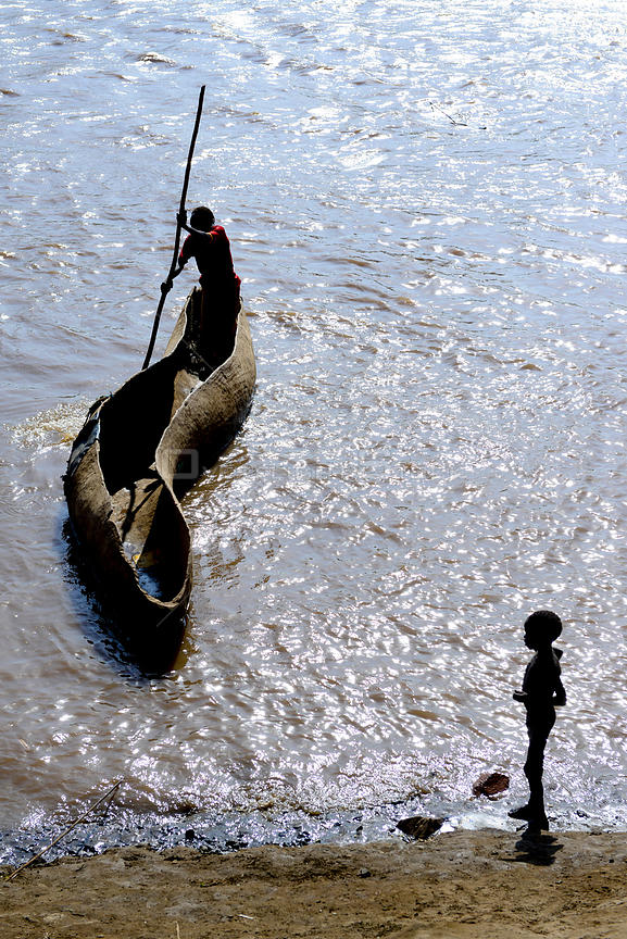 Wooden canoe crossing the Omo River, viewed from above. Territory of the Dassanech tribe. Lower Omo Valley. Ethiopia, November 2014