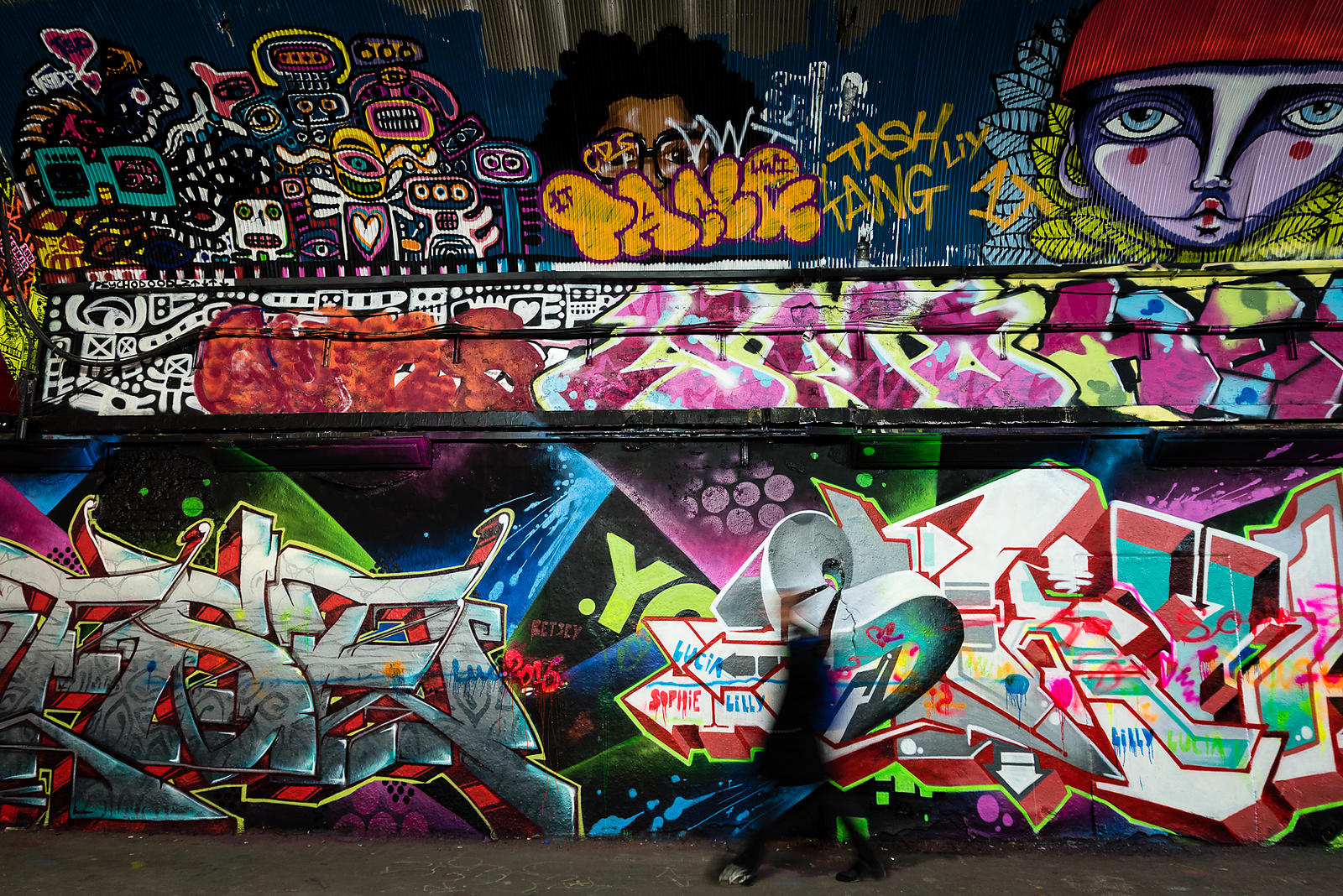 Graffiti & le passant, Tunnel Graffiti, Waterloo Station, London