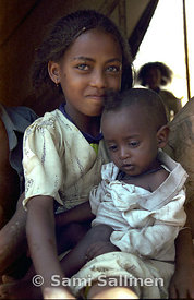 Dongollo idp camp girl with baby