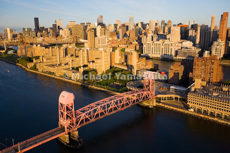 The Roosevelt Island Bridge provides the only way for cars to reach the island, which sits in the East River.  Manhattan, New York City.