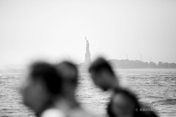 IMMIGRANTS NEW YORK MANHATTAN STATUE OF LIBERTY NEW YORK CITY BLACK AND WHITE