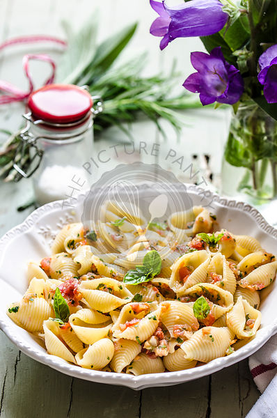 Pasta shells with raw vegetable sauce