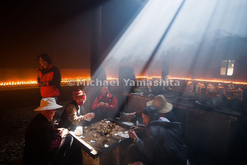 Bame, sermon on the mount. 18 day religious festival, Kistigarabha Bodhisattvas, presided over by living Buddha, Longdo Rimpoche. Hundreds come to worship including Han Chinese. Pics of devotees, butter tea lamp prep and lighting, tea service for worshippers.