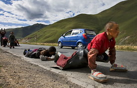 Pilgrims on road to Lhasa