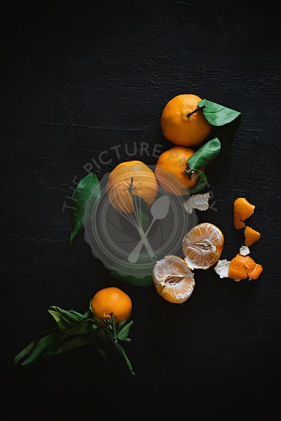 Peeled and unpeeled mandarin oranges