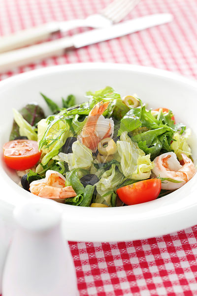 Shrimps and rucola salad