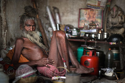 Elderly sadhu in his hut on the ghats of Pushkar Lake, Pushkar, Rajasthan, India.