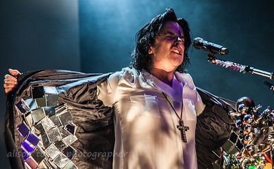 Steve Hogarth, Marillion, and the mirrored coat during Brave