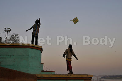 INDE, VARANASI, BENARES, ENFANTS JOUANT//INDIA, UTTAR PRADESH, VARANASI, CHILDREN PLAYING KITE