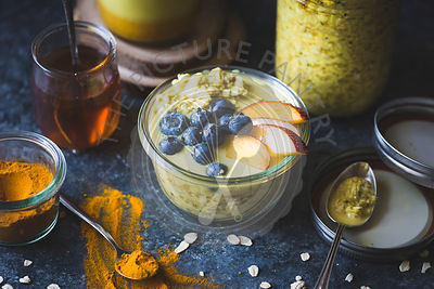 Healthy Golden milk overnight oats for breakfast with fresh fruits {gluten-free)