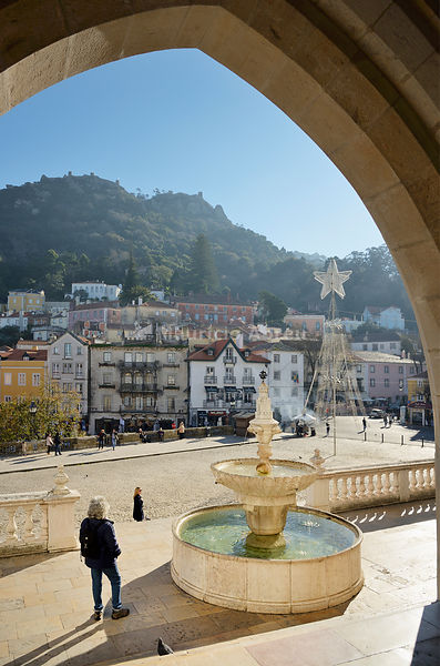 The historic village of Sintra. Up on the hill the Castelo dos Mouros ( Castle of the Moors ) dating back to the 10th century, dominates the village. Portugal (MR)