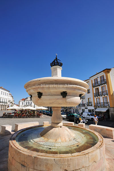 White marble fountain dating back to the 16th century. Praça do Giraldo, a Unesco World Heritage Site. Évora, Portugal