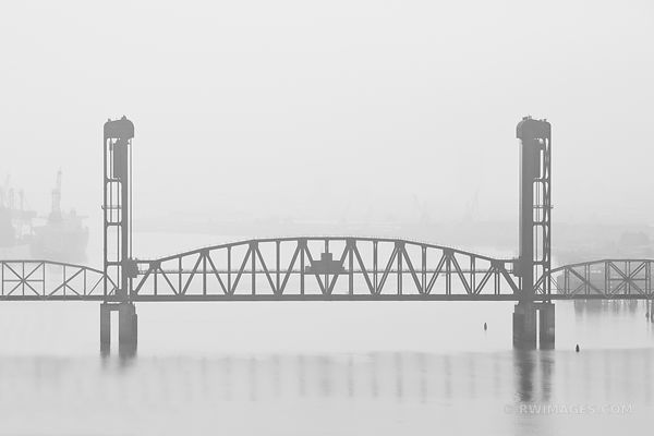 RAILROAD BRIDGE OVER WILLAMETTE RIVER PORTLAND OREGON BLACK AND WHITE