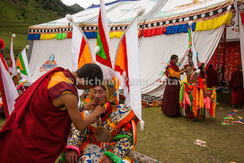 Chamadao, Shechen Monastery, Ling Gesar Festival, held for the first time. Ling Gesar is the father of Tibet, who united all the tribes. He was born nearby. Todays dancing depicts him winning a horse race and hence winning the throne. Legend of Ling Gesar.