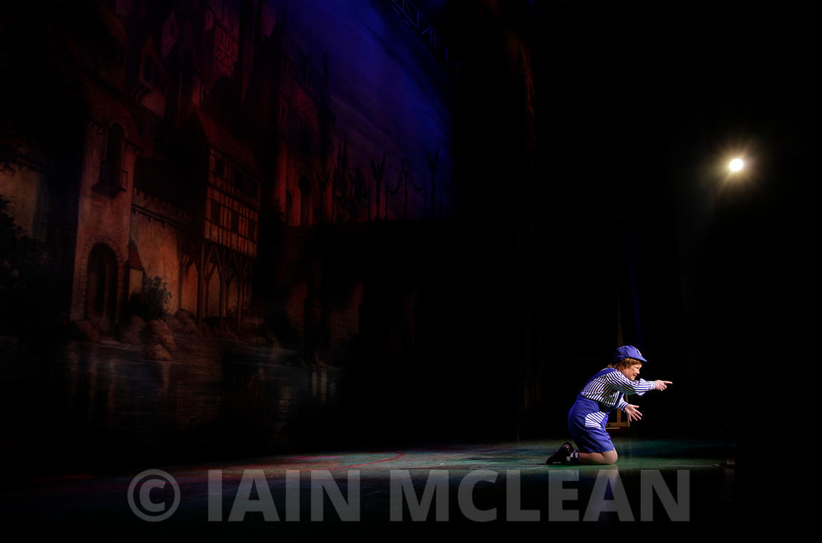 Jack and the Beanstalk, Clyde Auditorium, Glasgow..14.12.12.The dress rehearsal for the popular pantomime with John Barrowman and the Krankies...Picture Copyright:.Iain McLean,.79 Earlspark Avenue,.Glasgow.G43 2HE.07901 604 365.photomclean@googlemail.com.www.iainmclean.com.All Rights Reserved.No Syndication