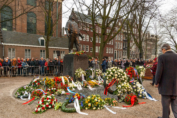 Fower wreaths at the foot of the Dokworker statue