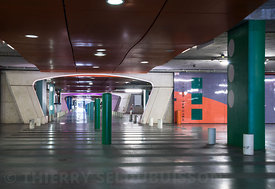 photographie d'architecture d'intérieur d'un parking souterrain