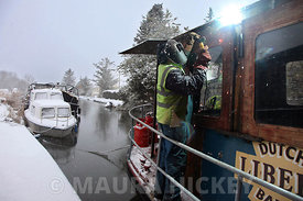 A welder working on a barge on the Grand Canal, Hazelhatch, Celbridge, Co. Kldare during the snow on Wednesday..06.01.10.Pic. Maura Hickey/086 8541130.
