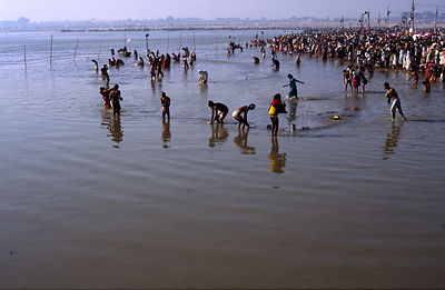 India - Allahbad - At dawn, pilgrims gather to bathe in the Ganges
