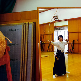 A kyodo practitioner practices in front of a makiwara and a mirror