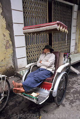 Vietnam, Hanoi, conducteur endormi dans son cyclo