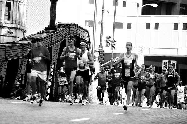 CHICAGO MARATHON BLACK AND WHITE