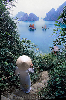 Vietnam, baie de Halong, femme en habit traditionnel et jonques