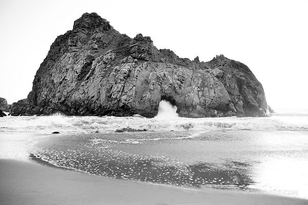 KEYHOLE ARCH ROCK AT SUNSET PFEIFFER BEACH PFEIFFER BIG SUR STATE PARK BIG SUR CALIFORNIA BLACK AND WHITE