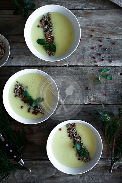Vichysooise, cream of leeks soup garnished with seeds
