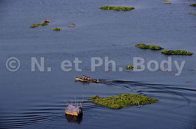 BATELIERS SUR LE TONLE SAP, CAMBODGE//BOATS ON TONLE SAP LAKE, CAMBODIA