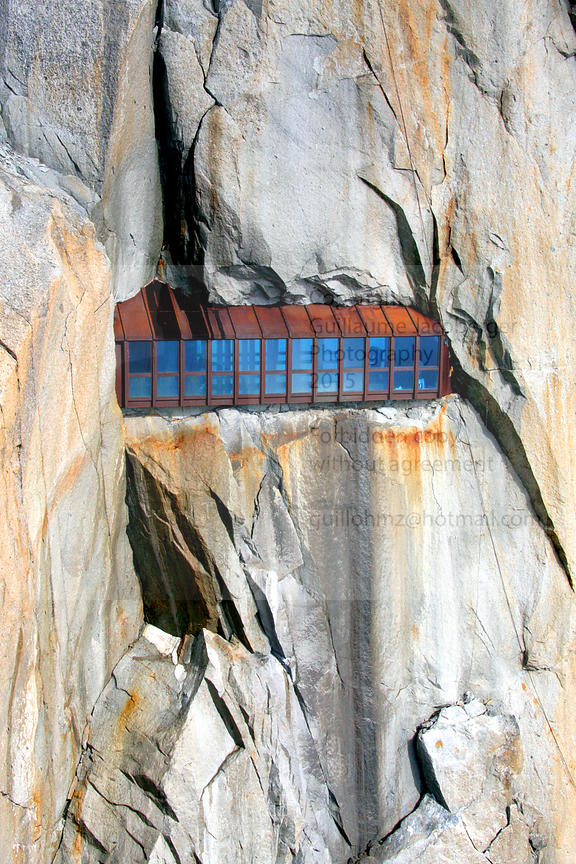 Window_in_the_cliff_Aiguille_du_Midi_1
