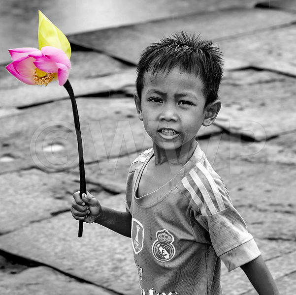 _W_P5816-Cambodian-child-with-flower