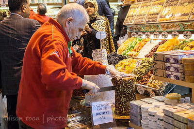 Man cutting nougat in the spice market, Istanbul