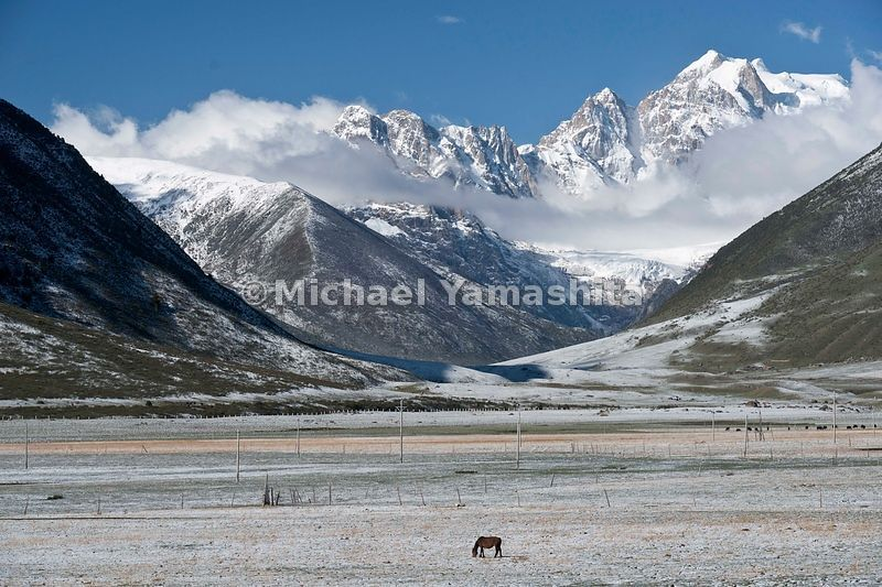 Manigongo, cross road town, where the Chamagudao splits, one branch heading north to Qinghai, the other to the west and Derge and Tibetan border. One street, mostly nom ad town with wild west feel. Pics of pasture land outside of town due west.....................................