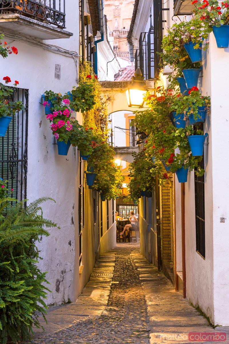 Matteo colombo travel photography alley with walls for Hotel casa de los azulejos cordoba espana