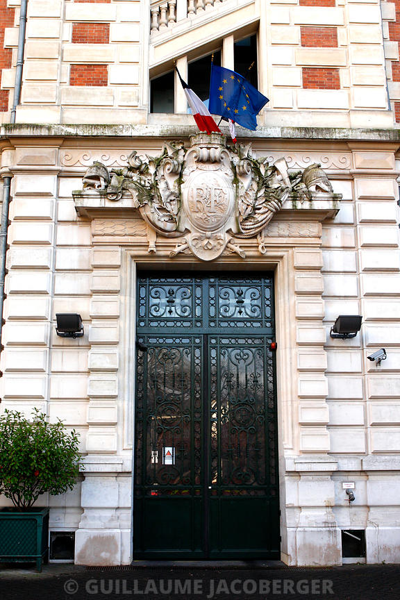 Official_entrance_paris