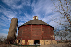 Sixteen sided teeple barn, Elgin, Illinois