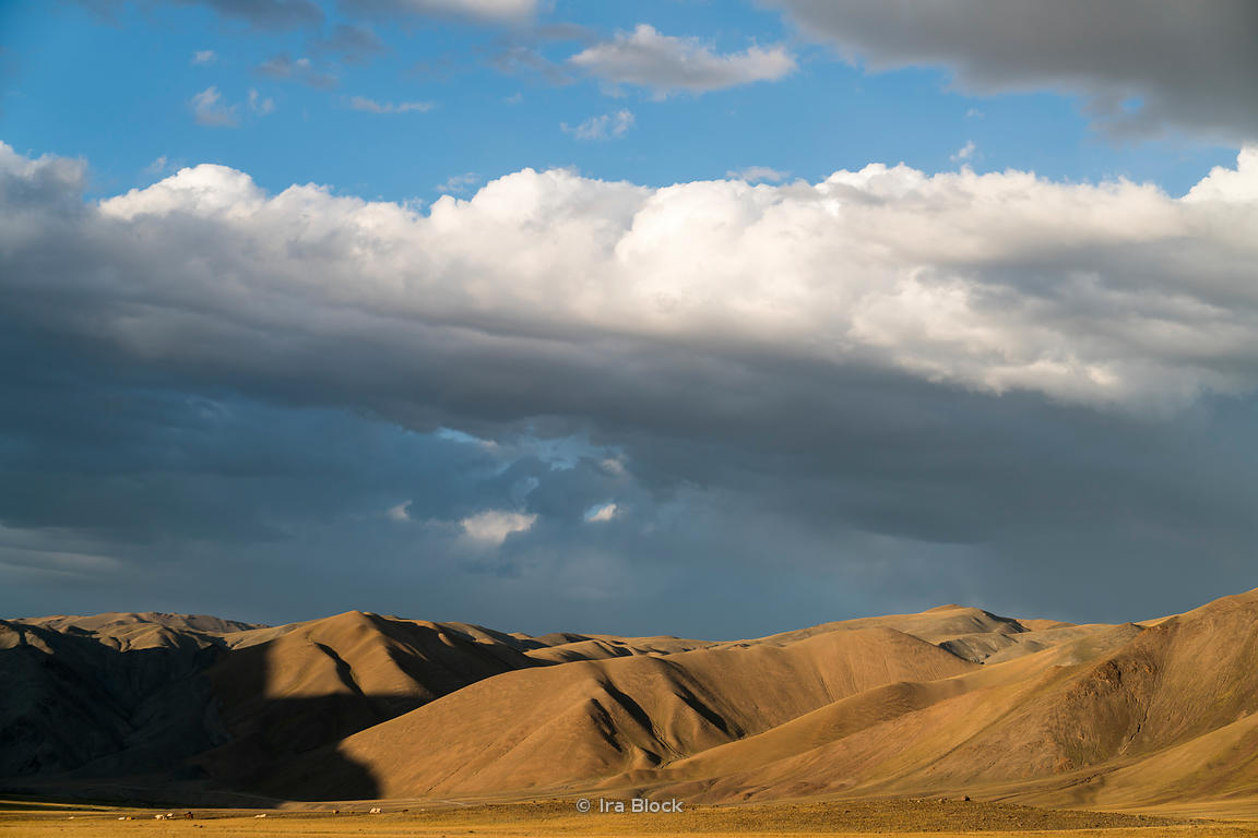 A mountain scenein in western Mongolia in Bayant-Ölgii province.