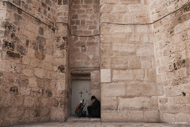 Rayer_in_front_of_Holy_Sepulchre_wall