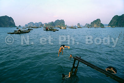 BAIE HALONG, VIETNAM //  ALONG BAY, VIETNAM