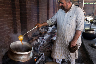 India - Srinagar - Mohammed Ayub, 43 a Waza or traditional cook in the Kashmiri tradition cooks and serves food at Wazwan feast. Srinagar, Kashmir, India