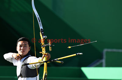 RIO DE JANEIRO, Brazil, AUGUST 12.# ARCHERY. Men's Individual Quarterfinals. KU Bonchan (KOR) V/S WORTH Taylor (AUS). KU Bonchan won 6-5 and qualifies for the semifinals. Photos azsportsimages / Pentapress
