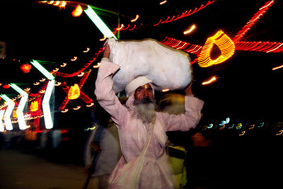 India - Allahbad - Pilgrims arrive at the Ardh Kumbh Mela 1995, Allahbad, India