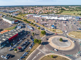 Photo aerienne d un zone commerciale au Chateau d Olonne