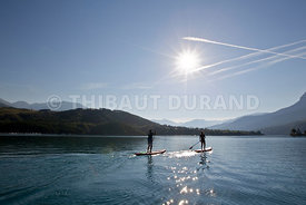 France, Hautes Alpes, Savines le Lac, Chorges, un couples navigue en paddle sur le lac de savines dans la baie saint Michel
