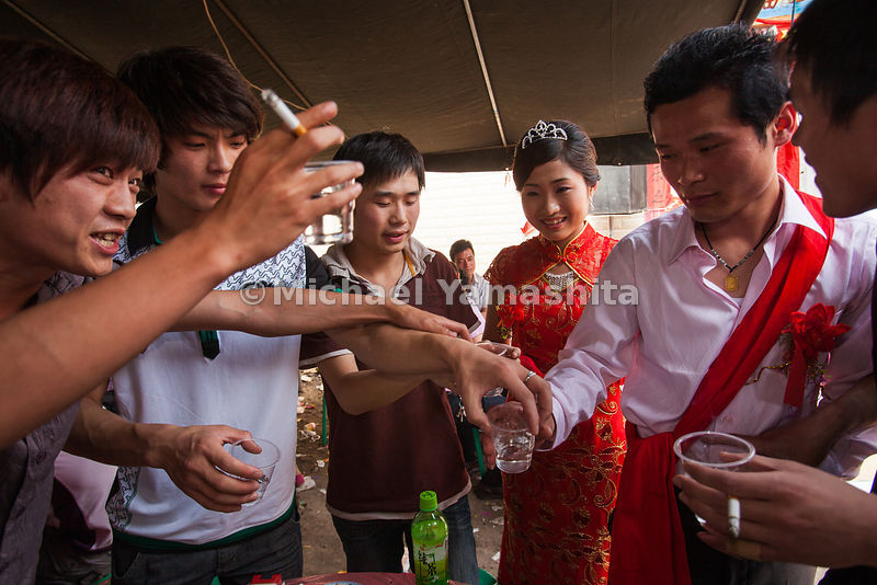 Wedding of Zhu Si Fa(23) and Wei Li(23), pics of kow towing to grooms family, bedroom and toasting guests. Zhu Si Fa family is wealthiest in village as Dad is the fish dealer.