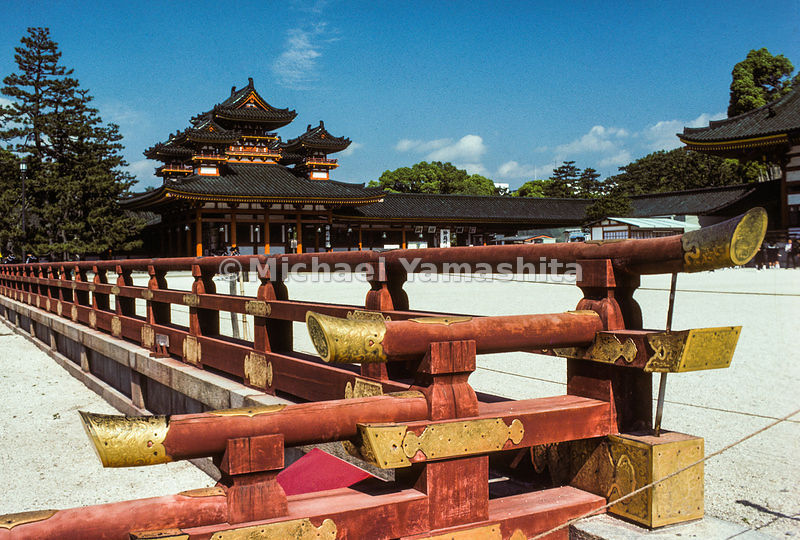 The gorgeous Heian Jingu was built in Kyoto in 1895 to mark the 1,10oth anniversary of the founding of the city. It is a reduced size replica of the Imperial Palace as it looked as its acme of prosperity.