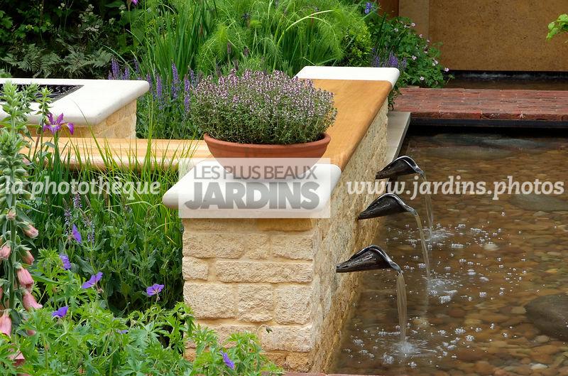 la phototh que les plus beaux jardins jardin anglais fontaine pot e avec thymus vulgaris. Black Bedroom Furniture Sets. Home Design Ideas